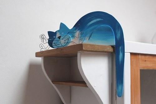 Dřevěná kočka MODŘENKA na dveře nebo polici