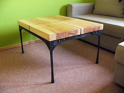 Kovaný konferenční stolík se dřevam
