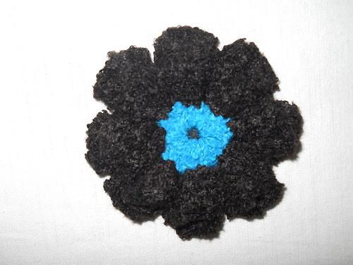 Háčkovaná brož černá