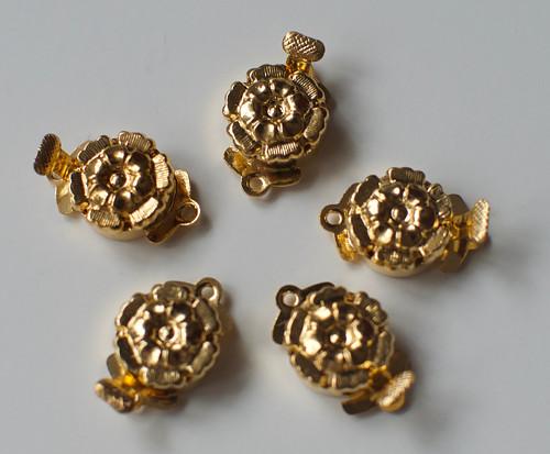 Zlaté zapínání ve tvaru kytičky