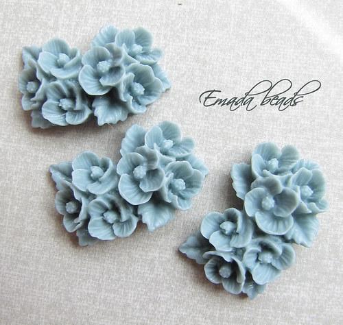 Resin květiny, kabošon šedá 2,6 x 1,7 cm
