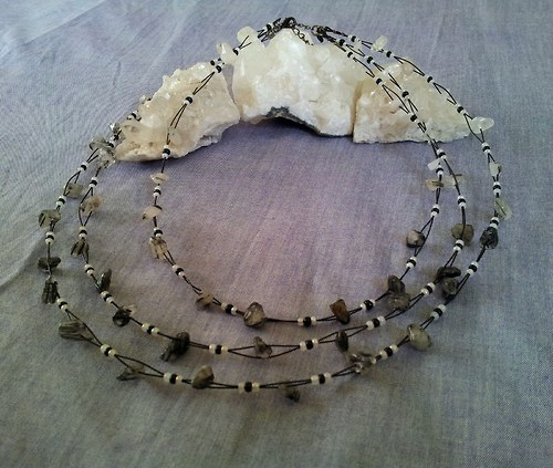 Třířadý náhrdelník z křišťálu s turmalínem