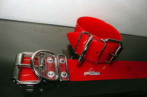 Moje červená pouta na kotníky