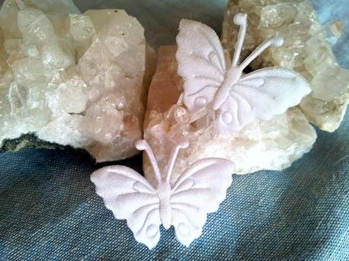 Saténový motýlek do ouška - bílý