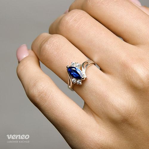 Tanečnice - prsten se safírem a čirými zirkony