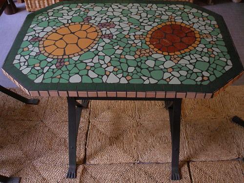 Mozaikový stůl s kovanou nohou
