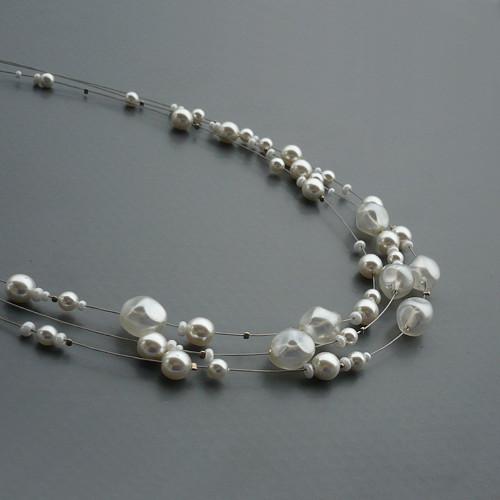 Bílý perličkový třířadý náhrdelník