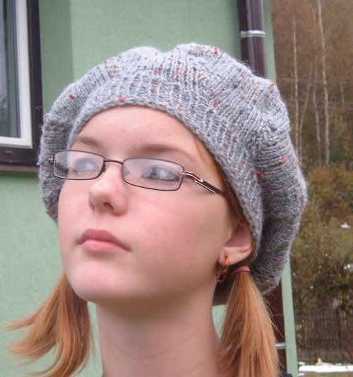 šedivý baret s barevnými tečkami