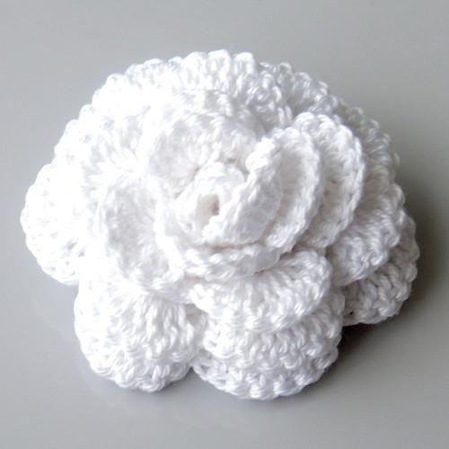 Háčkovaná brož - růže bílá