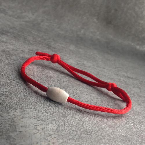 Červený náramek s dřevěným korálkem