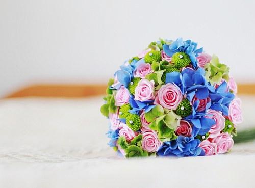 Růžovo- modrá - kulatá kytice s ohonem