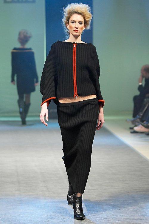 černý vlněný svetr na zip