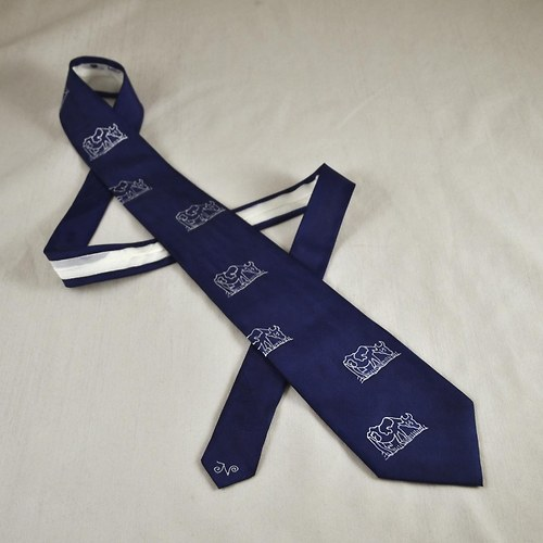 Tmavě modrá kravata s krávami
