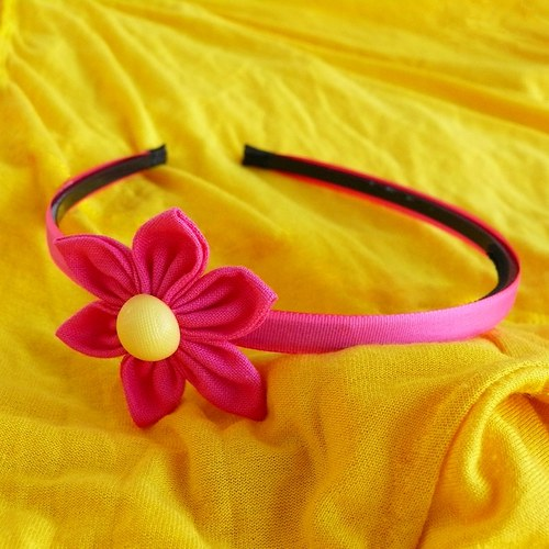 Sytě růžová čelenka s kytkou