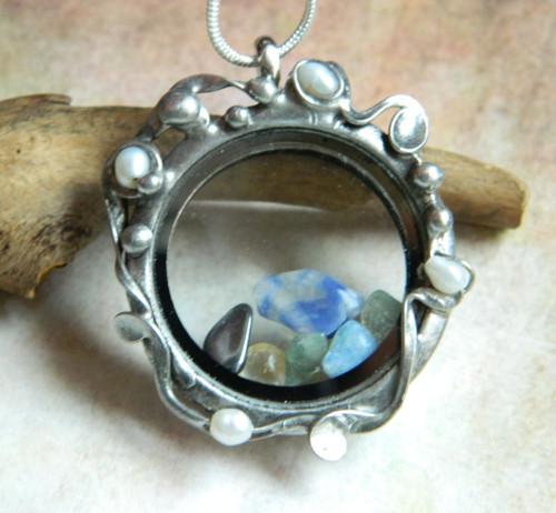 Otevírací medailon s říčními perličkami