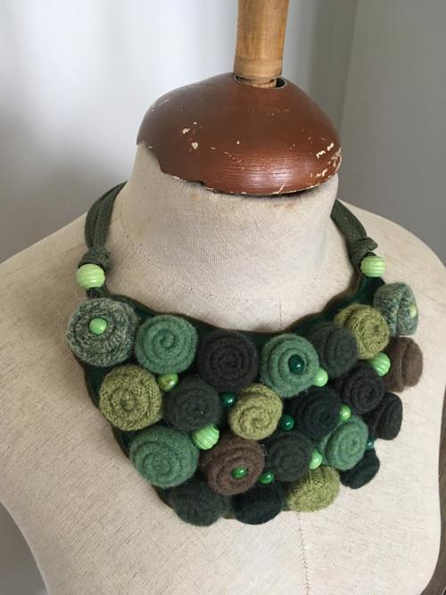 Originálny náhrdelník v zelenom.