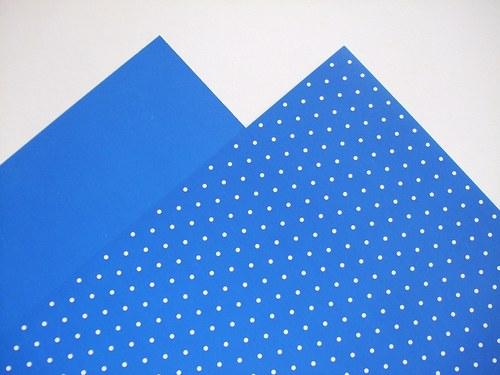 Karton tmavě modrý puntíkovaný