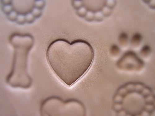 RAZIDLO do kůže z mosazi - 1 srdce 14 x 14 mm