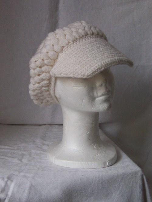Bílý baret s kšiltem