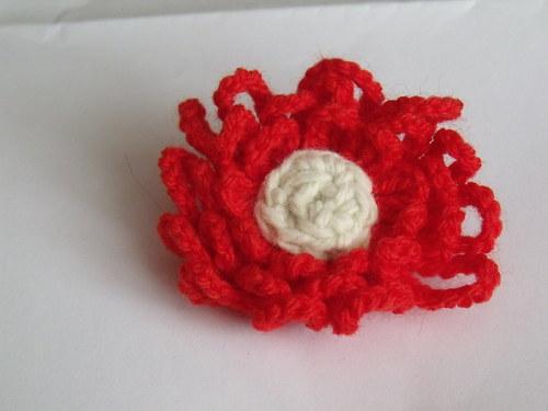 Háčkovaná brož jasně červená