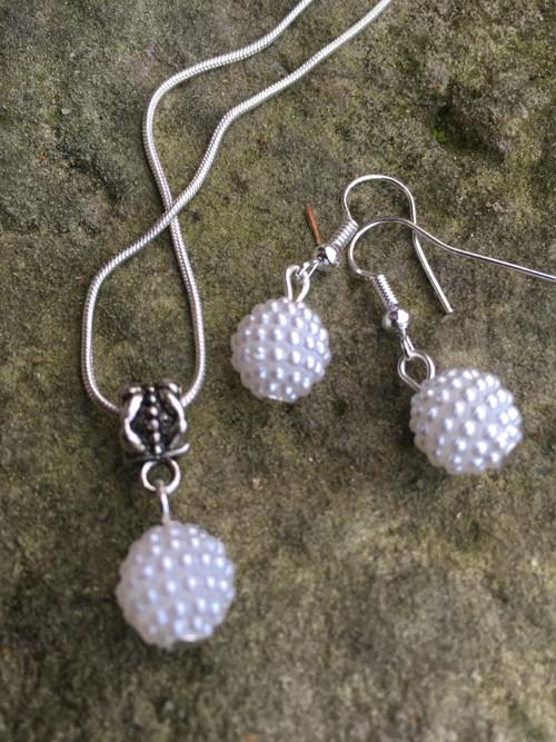 Bílé perličky. Náušnice a řetízek