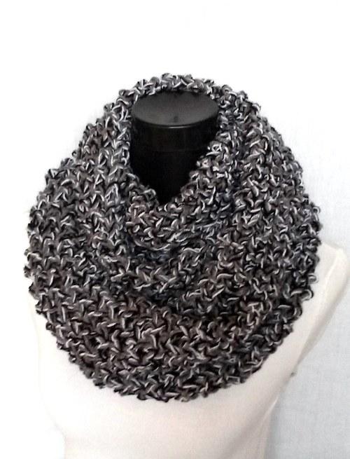 Háčkovaný nákrčník šedo-černo-bílý