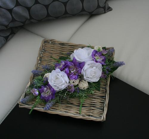 Proutěný tác s růžemi, delphiniem a levandulí
