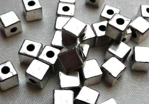 Kovodíl kostka - 4 x 4 mm - stříbrná (1 ks)