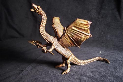 Vzlétající drak se zbraní - cín s patinou