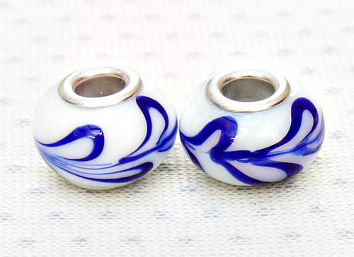 """Skleněné korálky - vinutky \""""bílé s modrou\"""" 2 ks"""