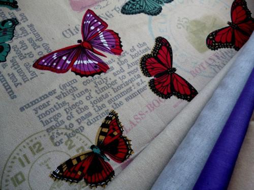 Barevní motýli na textu-směsová látka - metráž