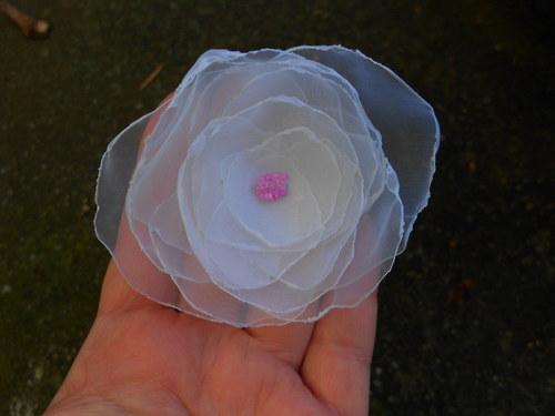 bílá růže - gumička do vlasů