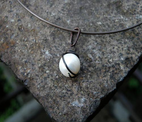Přívěšek- měď - bílé perly-kulaté