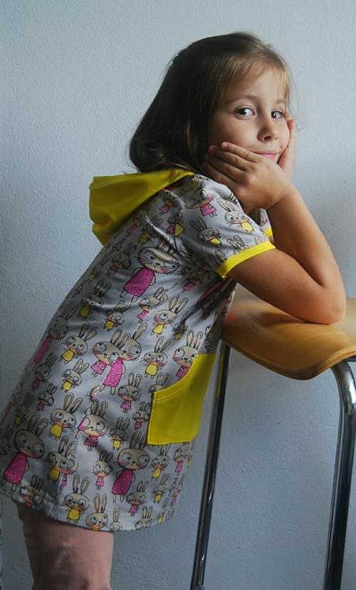 Úpletové šaty pro holčičku s kapucí. Žluté.