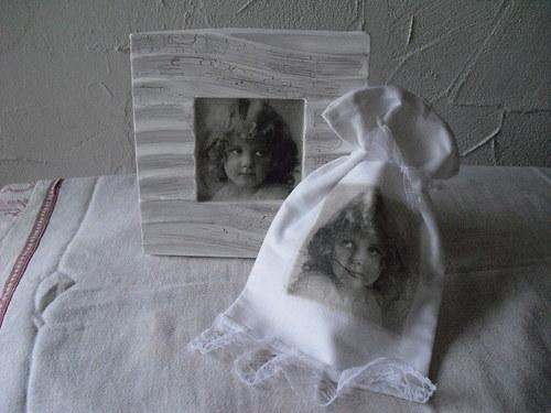 Keramický obrázek s dívkou