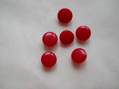 Červený knoflík ze skla
