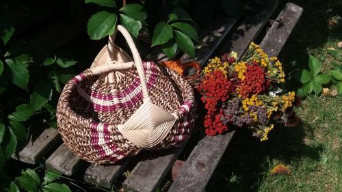 košík   elhar s barevným proužkem