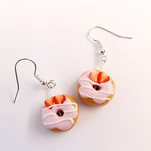 Donutky s jahodovou polevou a jahodami