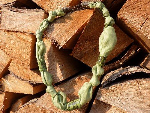 šest zelených hedvábných uzlíků