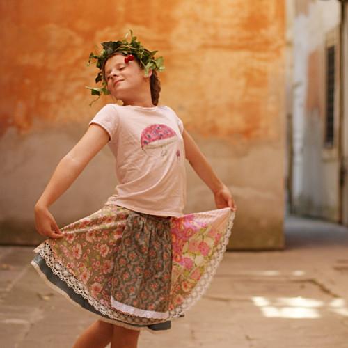 Mám ráda folklor a růže ...točící sukně 8-12 let