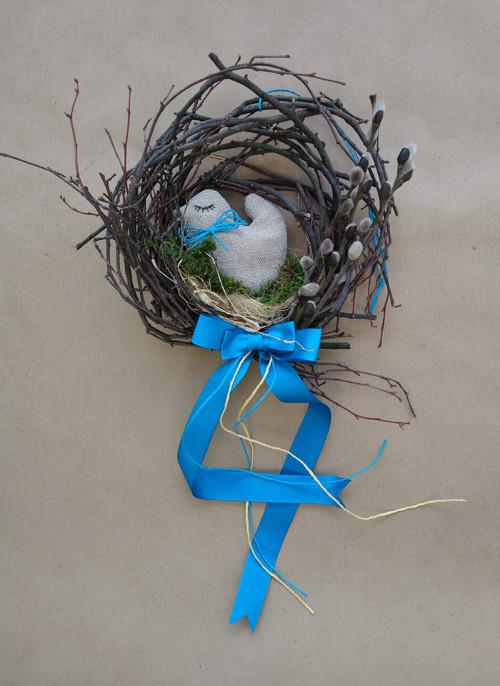 Ptáček v hnízdě