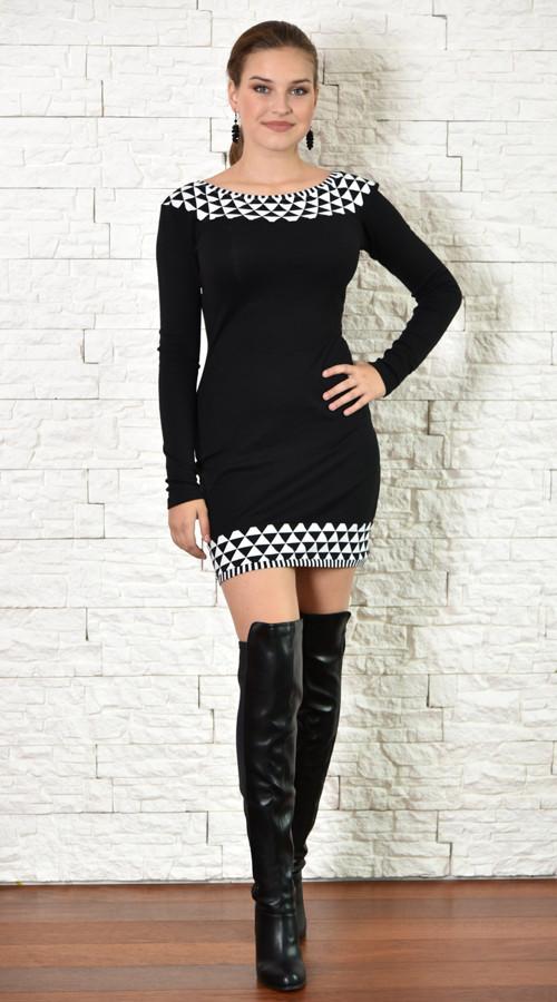 Černé šaty s černobílým zdobením