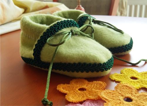 Fleece zelené bačkůrky se zeleným zdobením