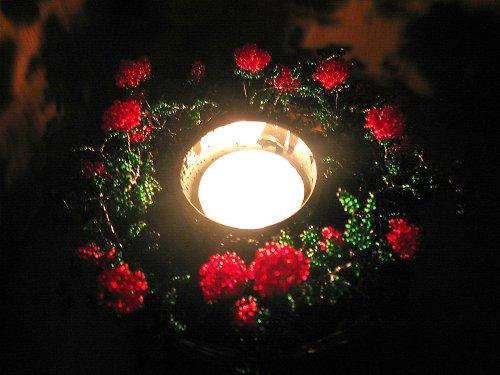 Svícen - světlo v růžích