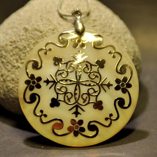 PER918 Luxusní perleť se zlatým ornamentem /50 mm