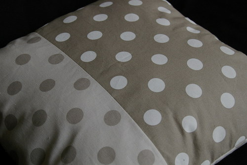 Puntíkatý polštář 40 x 40 s náplní