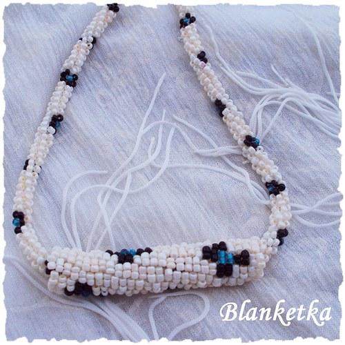 Zátiší s modrou...náhrdelník