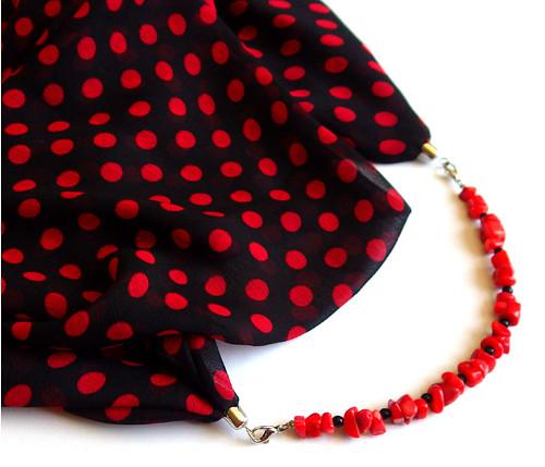 Šátkošperk s červeným korálem (látka z Dubaje)
