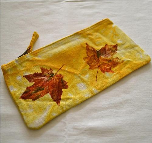 Žluté batikované pouzdro s barevnými listy