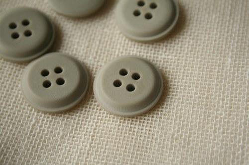 2 šedé knoflíky_2,3 cm